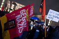 """4.000 bis 5.000 Menschen protestierten am Montag den 12. Januar 2015 in Berlin gegen den Ausmarsch von Pegida-Anhaengern. Sie Zogen in einem Demonstrationszug vom Bundeskanzleramt zum Brandenburger Tor, wo sich die Rechten versammelten. Die Polizei hat mit einem Grossaufgebot aus mehreren Bundeslaendern die Marschroute der Rechten geschuetzt und deren Gegnern den Weg versperrt.<br /> Unter den Anhaengern von Baergida waren viele bekannte militante Neonazis, der NPD und Hooligans sowie Mitglieder der Rechtsparteien AfD und Pro Deutschland und der rechtsradikalen German Defense League. Teilnehmer der Veranstaltung bruellten wiederholt """"Wir sind das Volk"""" und """"Luegenpresse, auf die Fresse"""" und hielten Schilder mit der Aufschrift """"Je suis Charlie"""".<br /> 12.1.2015, Berlin<br /> Copyright: Christian-Ditsch.de<br /> [Inhaltsveraendernde Manipulation des Fotos nur nach ausdruecklicher Genehmigung des Fotografen. Vereinbarungen ueber Abtretung von Persoenlichkeitsrechten/Model Release der abgebildeten Person/Personen liegen nicht vor. NO MODEL RELEASE! Nur fuer Redaktionelle Zwecke. Don't publish without copyright Christian-Ditsch.de, Veroeffentlichung nur mit Fotografennennung, sowie gegen Honorar, MwSt. und Beleg. Konto: I N G - D i B a, IBAN DE58500105175400192269, BIC INGDDEFFXXX, Kontakt: post@christian-ditsch.de<br /> Bei der Bearbeitung der Dateiinformationen darf die Urheberkennzeichnung in den EXIF- und  IPTC-Daten nicht entfernt werden, diese sind in digitalen Medien nach §95c UrhG rechtlich geschuetzt. Der Urhebervermerk wird gemaess §13 UrhG verlangt.]"""