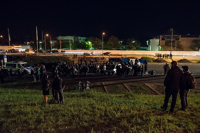 """Nach den pogromartigen Ausschreitungen gegen eine Fluechtlinsunterkunft im saechschen Heidenau am Freitag den 21. August 2015 durch Anwohnerinnen der Ortschaft, kamen am Samstag de 22. August 2015 ca. 250 Menschen in die Ortschaft um ihre Solidaritaet mit den Gefluechteten zu zeigen.<br /> Am Vorabend hatten Rassisten, Nazis und Hooligans sich zum Teil Strassenschlachten mit der Polizei geliefert um zu verhindern, dass Fluechtlinge in einen umgebauten Baumarkt einziehen. Ueber 30 Polizisten wurden dabei verletzt.<br /> Bis in die Abendstunden des 22. August blieb es trotz spuerbarer Anspannung um die Unterkunft ruhig. Im Laufe des Tages wurden immer wieder Gefluechtete mit Reisebussen gebracht was von den wartenenden eidenauern mit Buh-Rufen begleitet wurde. Vereinzelt wurde auch """"Sieg Heil"""" gerufen, was die Polizei jedoch nicht verfolgte.<br /> Im Bild: Die antirassistische Demonstration muss nach Willen der Polizeifuehrung die Ortschaft verlassen. """"Wir haben zu viele Kriegsschauplaetze und zu wenig Beamte"""", so der Einsatzleiter.<br /> 22.8.2015, Heidenau<br /> Copyright: Christian-Ditsch.de<br /> [Inhaltsveraendernde Manipulation des Fotos nur nach ausdruecklicher Genehmigung des Fotografen. Vereinbarungen ueber Abtretung von Persoenlichkeitsrechten/Model Release der abgebildeten Person/Personen liegen nicht vor. NO MODEL RELEASE! Nur fuer Redaktionelle Zwecke. Don't publish without copyright Christian-Ditsch.de, Veroeffentlichung nur mit Fotografennennung, sowie gegen Honorar, MwSt. und Beleg. Konto: I N G - D i B a, IBAN DE58500105175400192269, BIC INGDDEFFXXX, Kontakt: post@christian-ditsch.de<br /> Bei der Bearbeitung der Dateiinformationen darf die Urheberkennzeichnung in den EXIF- und IPTC-Daten nicht entfernt werden, diese sind in digitalen Medien nach §95c UrhG rechtlich geschuetzt. Der Urhebervermerk wird gemaess §13 UrhG verlangt.]"""
