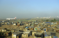 Indien Megacity Metropole Mumbai Bombay, AIR India jet auf Rollbahn des Flughafens, Stadtverwaltung hat illegale Huetten im Slum am Flughafen im Stadtteil Andheri abgerissen / INDIA Mumbai Bombay, demolished illegal slum in suburban Andheri close to international airport