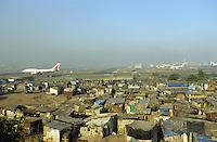 Indien Megacity Metropole Mumbai Bombay, AIR India jet auf Rollbahn des Flughafens, Stadtverwaltung hat illegale Huetten im Slum am Flughafen im Stadtteil Andheri abgerissen / INDIA Mumbai Bombay, demolished illegal slum in suburban Andheri close to international airport