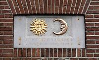 Nederland  Amsterdam - 31 december 2020.     Gevelsteen met zon en maan. Tekst: Bij dit heelal dient gemeld vanwege Stadsherstel hersteld.   Foto : ANP/ HH / Berlinda van Dam