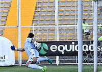 BOGOTA - COLOMBIA -05 -11-2016: Yessy Mena (Fuera de Cuadro) jugador de La Equidad, anota gol a Jorge Bava, portero Atletico Bucaramanga, durante partido entre La Equidad y Atletico Bucaramanga, por la fecha 19 de la Liga Aguila II-2016, jugado en el estadio Metropolitano de Techo de la ciudad de Bogota. / Yessy Mena, player of La Equidad, (Out of Pic) scored goal to Jorge Bava, goalkeeper of Atletico Bucaramanga, during a match La Equidad and Atletico Bucaramanga, for the  date 19 of the Liga Aguila II-2016 at the Metropolitano de Techo Stadium in Bogota city, Photo: VizzorImage  / Luis Ramirez / Staff.