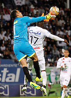 MANIZALES - COLOMBIA -17-10-2016: Jhonier Viveros (Der.) jugador de Once Caldas, disputa el balón con Diego Novoa (Izq.) portero de La Equidad, , durante partido Once Caldas y La Equidad, por la fecha 16 de la Liga de Aguila II 2016 en el estadio Palogrande en la ciudad de Manizales. / Jhonier Viveros (R) player of Once Caldas, figths the ball with con Diego Novoa (L) goalkeeper of La Equidad, during a match Once Caldas and La Equidad, for date 16 of the Liga de Aguila II 2016 at the Palogrande stadium in Manizales city. Photo: VizzorImage  / Santiago Osorio / Cont.