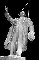 LETTLAND, 24./25.08.91.Riga.Waehrend des Anti-Gorbatschow-Putsches versuchen sowjetische Truppen, die Kontrolle ueber Riga zu erhalten, mit dem Scheitern des Putsches gewinnt Lettland endgueltig seine Unabhaengigkeit. Ð Wenige Tage spaeter wird die Leninstatue auf dem Freiheitsboulevard gestuerzt. Die Maenner arbeiten die ganze Nacht mit ihren Schneidbrennern. Erst am Morgen wird Lenin herabgehoben und abtransportiert..During the anti-Gorbachev-coup Soviet troops try to obtain control of Riga. With the failure of the coup Latvia finally regains its independence. - A few days later the Lenin statue on Liberty avenue is toppled. The men weld and cut the whole night. The morning hours see Lenin removed and taken away..© Martin Fejer/EST&OST