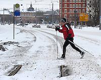 Skiläufer Skilanglauf Skisport Wintersport sports Fitness Bewegung Kreislauf Winterspeck Fett - im Bild: Faeture - Skilangläufer / Skiläufer in der Innenstadt. Foto: Norman Rembarz