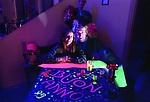 Auguri a voi, esploratori dell'inconscio, colonizzatori della psiche, strafattoni cosmici.<br /> Auguri a voi, Syd Barrett, Timothy Leary, Lewis Carroll, Jack Kerouac, Jim Morrison, Aldous Huxley, Carlos Castaneda, Jefferson Airplane, Andy Warhol, Joseph Beuys, Brian Jones, Allen Ginsberg, Thomas Pynchon, Velvet Underground, Philip Dick, Groucho Marx, Richard Feynman, Oliver Sacks.<br /> Quanti biglietti di sola andata ridotti in cenere...
