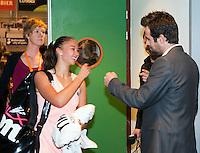 17-12-11, Netherlands, Rotterdam, Topsportcentrum, Toernooi directeur Raemon Sluiter geliciteert Lesley Kerkhove met haar overwinning