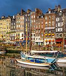 Frankreich, Normandie, Honfleur: Hafenstadt im Département Calvados mit dem Alten Hafen und dem Saint Catherine Quay | France, Normandy, Département Calvados, Honfleur: The Old Port (Saint Catherine Quay)