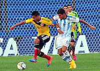 MONTEVIDEO - URUGUAY - 29-01-2015: Andres Tello (Izq.) jugador de Colombia, disputa el balón con Leandro Vega (Der.) de Argentina durante partido del Sudamericano Sub 20 entre los seleccionados de Colombia y Argentina en el estadio Parque Central de la ciudad de Montevideo. / Andres Tello (L) player of Colombia, fights for the ball with Leandro Vega (R) player of Argentina, during the match for the Sudamericano U 20 between the teams of Colombia and Argentina in the Parque Central stadium in Montevideo city,  Photo: Andres Gomensoro  / Photosport / VizzorImage.