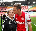 Nederland, Amsterdam, 10 mei 2015<br /> Eredivisie<br /> Seizoen 2014-2015<br /> Ajax-SC Cambuur<br /> Niklas Moisander, aanvoerder van Ajax geeft zijn moeder, Sirpa, een kus op de wang.