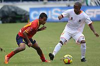BARRANQUIILLA -COLOMBIA-10-04-2013. Nelino Tapia (Izq) de Uniauntónoma disputa el balón con Carlos Cortes (Der) del Envigado FC en partido por la fecha 3 de la Liga Postobón II 2014 jugado en el estadio Metropolitano de la ciudad de Barranquilla./ Uniautonoma player Nelino Tapia (L) fights for the ball with Envigado FC player Carlos Cortes (R) during match valid for the Third date of the Postobon League II 2014 played at Metropolitano stadium in Barranquilla city.  Photo: VizzorImage/Alfonso Cervantes/STR