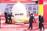 john cohen timur rodriguez omar sy josh gad maccio capatonda et raya abirached en photocall pour celebrer avec le film angry birds l ouverture du festival du film a cannes le mardi 10 mai 2016