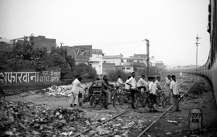 Between Delhi and Varanasi/Entre Delhi et Varanasi<br /> <br /> Men waiting for the train to pass by the railway.<br /> <br /> Hommes attendant que le train passe pour traverser les rails.