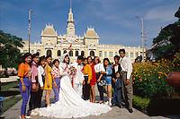 Brautpaar vor Rathaus in Saigon, Vietnam