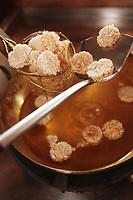 """Thailande/Bangkok: Cuisson des """"Kaotan na tan kung"""" Galettes de riz séchées qui servent de snack pour l'apéritif"""