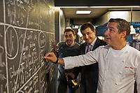 Europe/Espagne/Catalogne/Catalogne/Gérone: Le Celler de Can Roca -Europe/Espagne/Catalogne/Catalogne/Gérone: Le Celler de Can Roca - Les frères Roca: Joan, ancien élève de l'école hôtelière locale, qui a la haute main sur le salé, Jordi, le cadet qui s'affaire au sucré, En cuisine devant le tableau ou prennent forme leurs créations - Restaurant: El Celler de Can Roca à la deuxième place de la liste The World's 50 Best Restaurants [Non destiné à un usage publicitaire - Not intended for an advertising use]