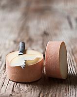 Europe/Suisse/Jura bernois/Canton de Berne: Le Tête de Moine AOC est un fromage suisse unique au monde de par son mode de consommation sous forme de rosettes obtenues à l'aide de la «girolle». Il doit être raclé pour développer ses arômes extrêmement parfumés. fromage de l'Abbaye de Bellelay -  Fromage de lait de vache, pâte pressée demi-cuite ou mi-dure - Stylisme : Valérie LHOMME