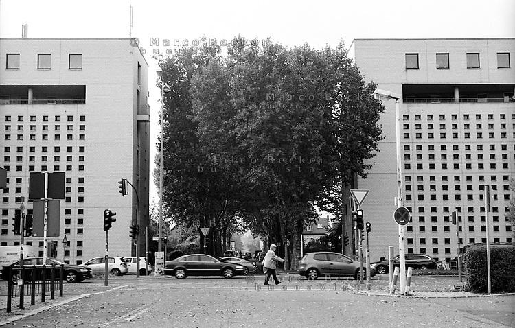 Berlino, quartiere Tempelhof. Alberi e palazzi lungo la Tempelhofer Damm --- Berlin, Tempelhof district. Trees and buildings along Tempelhofer Damm