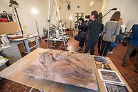 """Die Skulpturensammlung und das Museum fuer Byzantinische Kunst der Staatlichen Museen zu Berlin restaurieren derzeit 59 Kunstwerke, von denen viele im Zweiten Weltkrieg in den Flakbunker Friedrichshain ausgelagert wurden und dort schwere Schaeden durch zwei verheerende Braende erlitten haben. Unter den Skulpturen und Reliefs der Renaissance-Zeit finden sich u.a. Meisterwerke wie Donatellos """"Madonna mit vier Cherubim"""" (um 1440) und Tullio Lombardos Schildtraeger (Ende 15. Jh.).<br /> Dank der grosszuegigen Foerderung der Ernst von Siemens Kunststiftung konnte 2017 ein umfassendes Restaurierungs- und Forschungsprojekt fuer die Bestaende des Bode-Museums gestartet werden, die von den Spuren der Braende und ihrer dramatischen Geschichte in und nach dem Krieg gezeichnet sind. Im Rahmen der Initiative KUNST AUF LAGER werden adaequate Restaurierungs- und Ergaenzungsmassnahmen erarbeitet und durchgefuehrt – mit dem Ziel, viele dieser Hauptwerke nach mehr als 70 Jahren wieder der Oeffentlichkeit praesentieren zu koennen.<br /> Im Bild: Das 1945 bei einem Feuer beschaedigte Relief """"Madonna mit Kind mit zwei Cherubinen"""" des Bildhauers Donatello. Enstanden ca. 1440/45.<br /> 10.4.2018, Berlin<br /> Copyright: Christian-Ditsch.de<br /> [Inhaltsveraendernde Manipulation des Fotos nur nach ausdruecklicher Genehmigung des Fotografen. Vereinbarungen ueber Abtretung von Persoenlichkeitsrechten/Model Release der abgebildeten Person/Personen liegen nicht vor. NO MODEL RELEASE! Nur fuer Redaktionelle Zwecke. Don't publish without copyright Christian-Ditsch.de, Veroeffentlichung nur mit Fotografennennung, sowie gegen Honorar, MwSt. und Beleg. Konto: I N G - D i B a, IBAN DE58500105175400192269, BIC INGDDEFFXXX, Kontakt: post@christian-ditsch.de<br /> Bei der Bearbeitung der Dateiinformationen darf die Urheberkennzeichnung in den EXIF- und  IPTC-Daten nicht entfernt werden, diese sind in digitalen Medien nach §95c UrhG rechtlich geschuetzt. Der Urhebervermerk wird gemaess §13 UrhG verlang"""