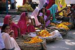 India, Rajasthan, Local women selling garlands in market | Indien, Rajasthan, einheimische Frauen verkaufen Blumenkraenze auf dem Markt