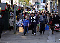 Pictured: Shoppers in Oxford Street, Swansea, south Wales. Friday 28 November 2014<br />