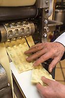 Europe/France/Provence-Alpes-Côte d'Azur/Alpes-Maritimes/Nice:  Fabrication des pâtes à la Maison Quirino - Marc Quirino  prépare les raviolis  [Autorisation : 2013-115]  // Europe, France, Provence-Alpes-Côte d'Azur, Alpes-Maritimes, Nice:  Quirino, This place, representative of traditional Niçois craftsmanship, is classic for Niçois-style raviolis, fresh pastas , Marc Quirino preparing ravioli