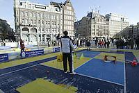 9-2-06, Netherlands, tennis, Amsterdam, Daviscup.Netherlands Russia, streettennis on the Dam square