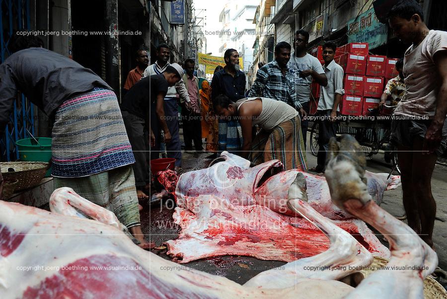 BANGLADESH Dhaka, Islamic Festival of Sacrifice Eid al-Adha, muslims slaughter animals on the road and distribute the meat in the community / BANGLADESCH Dhaka, islamisches Opferfest Eid al-Adha, Muslime opfern und schlachten Tiere auf der Strasse und vertteilen das Fleisch in ihrer Gemeinde