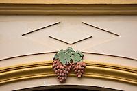 Europe/France/Midi-Pyérénées/82/Tarn-et-Garonne/Moissac: Représentation du Chasselas de Moissac sur la Façade d'une maison, au rond-point du Moulin,une des multiples représentations de l'architecture typique des années 30 qui allie esthétisme et louanges du vignoble local.<br /> Chaque fenétre et le haut du dernier étage sont ornés de grappes généreuses.