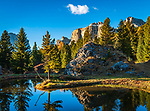 Italien, Trentino-Alto Adige, Dolomiten, Herbststimmung, kleiner Bergsee, im Hintergrund die Sellagruppe in Suedtirol | Italy, Trentino-Alto Adige, Dolomites, autumn scenery, mountain pond with Sella group at background