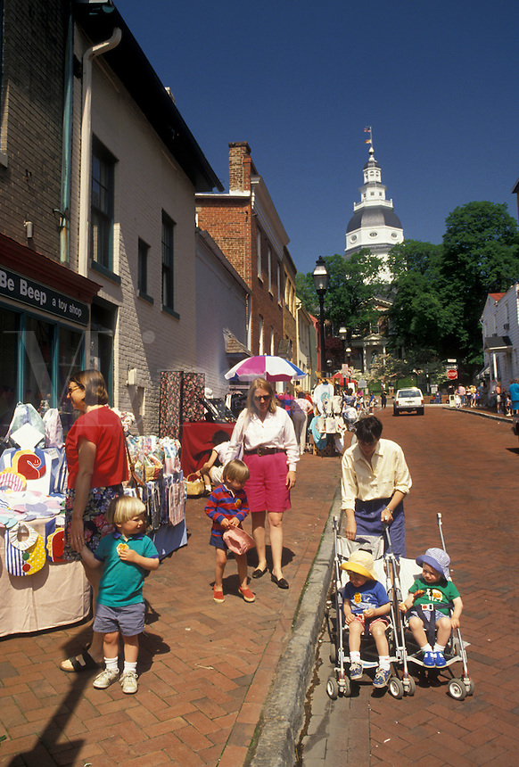 AJ4247, Annapolis, market day, Maryland, Market Day on Francis Street in downtown Annapolis in the state of Maryland. The State House is in the distance.