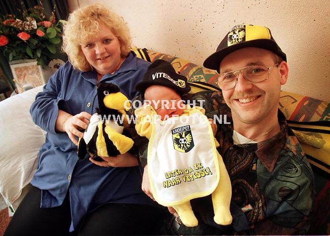 Duiven,17-03-99  Foto:Koos Groenewold (APA)<br />Baby Mike Jeltema is het jongste lid van de Vitesse-Kidsclub.<br />Hier wordt hij vastgehouden door zijn ouders.Moeder Jeltema houdt de maskotte vast die ze zojuist kregen namens Vitesse.
