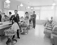 METIERS -  Coiffeurs pour femmes, <br /> mars 1965<br /> <br /> PHOTO :  AQP -  Photo Moderne