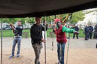 """Fluechtlinge und Unterstuetzer bauen ein Informationszelt auf dem Oranienplatz auf.<br /> Am Mittwoch den 23. April 2014 bauten Fluechtlinge und Unterstuetzer im vierten Anlauf endlich ihr zugesagtes Informationszelt auf dem Oranienplatz in Berlin-Kreuzberg auf. Sie hatten dafuer eine Sondernutzungsgenehmigung durch den Bezirk sowie ein Schreiben der Senatorin fuer Soziales und Integration, Dilek Kolat. Fuer den Aufbau war extra der stellv. Bezirksbuergermeister und zustaendige Stadtrat fuer Wirtschaft, Ordnung, Schule und Sport Dr. Peter Beckers gekommen und erteilte auf dem Platz nochmals die Sondernutzungsgenehmigung und wies die Polizei an, den Zeltaufbau zu gewaehren.<br /> Die Polizei hatte in den vorangegangenen Tagen mehrfach den Aufbau verhindert. Mal war der Einsatzleiter der Meinung, die Genehmigung und das Schreiben der Senatorin haetten keine Bedeutung fuer den Aufbau, ein anderes Mal waren dem Einsatzleiter Abmessungen des Zeltes nicht recht. Am Dienstagabend noch eklaerte der zustaendige Einsatzleiter, die telefonische Anweisung des zustaendigen Stadtrates sei nicht rechtens, da er ja nicht wisse, wer am Telefon sei. In Berliner Medien wurde das Verhalten der Polizei zuletzt als """"Zelt-Posse"""" bezeichnet.<br /> 23.4.2014, Berlin<br /> Copyright: Christian-Ditsch.de<br /> [Inhaltsveraendernde Manipulation des Fotos nur nach ausdruecklicher Genehmigung des Fotografen. Vereinbarungen ueber Abtretung von Persoenlichkeitsrechten/Model Release der abgebildeten Person/Personen liegen nicht vor. NO MODEL RELEASE! Don't publish without copyright Christian-Ditsch.de, Veroeffentlichung nur mit Fotografennennung, sowie gegen Honorar, MwSt. und Beleg. Konto:, I N G - D i B a, IBAN DE58500105175400192269, BIC INGDDEFFXXX, Kontakt: post@christian-ditsch.de<br /> Urhebervermerk wird gemaess Paragraph 13 UHG verlangt.]"""