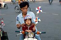 Vater und Sohn in Saigon, Vietnam
