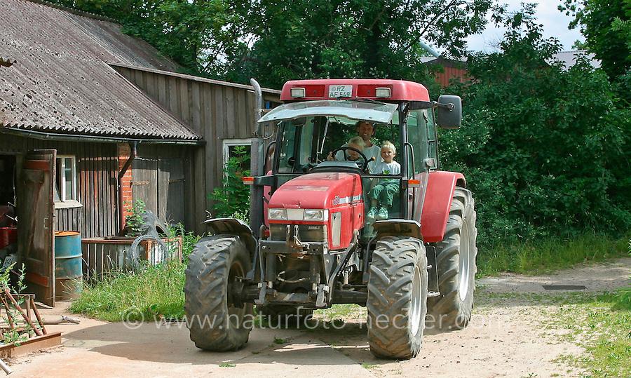 Kinder auf dem Bauernhof, Bio-Bauernhof, Kinder dürfen Trecker mitfahren, Traktor