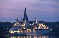 Europe/France/Bretagne/35/Ille-et-Vilaine/Saint-Malo: le port et les remparts de la ville Close à la tombée de la nuit