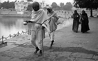11.2010 Pushkar (Rajasthan)<br /> <br /> Two man and two woman walking around pushkar lake during kartik purnima pilgrimage.<br /> <br /> Deux hommes et deux femmes marchant autour du lac de Pushkar pendant le pèlerinage de kartik purnima.