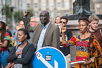 Kundgebung und Feier in Berlin-Mitte anlaesslich des Internationalen Tages zur Erinnerung an den Versklavungshandel und an seine Abschaffung.<br /> Mit der Kundgebung und Feier sollten an die noch immer ausstehende Umbenennung der kolonialistischen Mohrenstrasse erinnert werden. Zugleich fand die Feier am 225. Jahrestag der Schwarzen Revolution von Haiti am 23.8.1791 statt.<br /> Im Bild: Veranstaltungsteilnehmer singen eine afrikanische Hymne gegen die Unterdrueckung.<br /> 23.8.2016, Berlin<br /> Copyright: Christian-Ditsch.de<br /> [Inhaltsveraendernde Manipulation des Fotos nur nach ausdruecklicher Genehmigung des Fotografen. Vereinbarungen ueber Abtretung von Persoenlichkeitsrechten/Model Release der abgebildeten Person/Personen liegen nicht vor. NO MODEL RELEASE! Nur fuer Redaktionelle Zwecke. Don't publish without copyright Christian-Ditsch.de, Veroeffentlichung nur mit Fotografennennung, sowie gegen Honorar, MwSt. und Beleg. Konto: I N G - D i B a, IBAN DE58500105175400192269, BIC INGDDEFFXXX, Kontakt: post@christian-ditsch.de<br /> Bei der Bearbeitung der Dateiinformationen darf die Urheberkennzeichnung in den EXIF- und  IPTC-Daten nicht entfernt werden, diese sind in digitalen Medien nach §95c UrhG rechtlich geschuetzt. Der Urhebervermerk wird gemaess §13 UrhG verlangt.]
