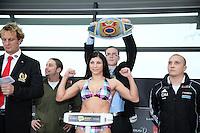 Weltmeisterin Nadia Raoui (Herne) auf der Waage