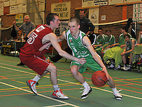 BBC De Westhoek Zwevezele - BBC Wervik : Seppe Dezutter aan de bal voor Bjorn Vanwest (links).foto VDB  / Bart Vandenbroucke