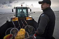 Europe/France/Picardie/80/Somme/Baie de Somme/Le Hourdel: ramassge des coques de La Baie de Somme, à la Pointe du Hourdel Auto N°:2008-205  N°:2008-206