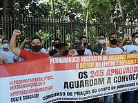 Recife (PE), 08/04/2021 - Um grupo fez protesto no Palácio do Governador em Recife, nesta quinta-feira (08) para pedir nomeação do concurso da Policia Militar de 2018 e o concursados dos bombeiros se 2017 , presentes pessoas de vários estados do Brasil.