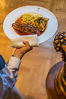 Europe/Allemagne/Bade-Würrtemberg/Forêt Noire/Ettlingen:  Recette de la tradition Souabe, Boeuf aux oignons avec des spätzle et des Maultaschen recette de Ralph Knebel chef étoilé du restaurant: Erbprinz à l''hôtel: Erbprinz