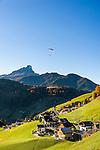 Italien, Suedtirol (Trentino-Alto Adige), Wengen: im Hintergrund der Peitlerkofel | Italy, South Tyrol (Trentino-Alto Adige), La Valle: at background Sass de Putia mountain