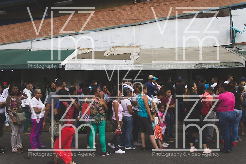 CARACAS - VENEZUELA, 11-03-2019:  Desde Petare hasta La Trinidad , se pueden observar grandes filas de ciudadanos que buscan abastecerse de agua, alimentos y gasolina. Hacen contraste con la creciente cantidad de personas hurgando en la basura tratando de encontrar algún alimento que les calme el hambre durante el 4° día de apagón que afectó Caracas y 22 estados de Venezuela debido a un fallo en Guri (Estado de Bolívar), una de las mayores represas de generación de energía eléctrica en América Latina, solo superada por la de Itaipú (entre Brasil y Paraguay). / From Petare to La Trinidad, you can see large ranks of citizens looking to stock up on water, food and gasoline. They contrast with the growing number of people rummaging around in the trash trying to find some food that will ease their hunger during the 4th day of electricity power outage that affected Caracas and 22 states of Venezuela due to a failure in Guri (State of Bolívar), one of the largest electric power generation dams in Latin America, second only to that of Itaipú ( between Brazil and Paraguay). Photo: VizzorImage / Carolain Caraballo / Cont