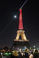 La Tour Eiffel aux couleurs du drapeau de la Belgique - Hommage de Paris aux victimes belges des attentats de Bruxelles du 22 mars 2016