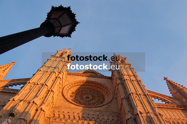 Facade with window rosette (the largest of gothic style, app. 100 m², 12,55 m diameter) of the cathedral Santa María de Palma de Mallorca (14th-16th century), worm's eye view<br /> <br /> Fachada con rosetón (el más grande en estilo gótico, ca. 100 m², 12,55 diámetro) de la Catedral Santa María (La Seu, cat.: Sa Seo) en Palma de Mallorca (siglo 14-16)<br /> <br /> Fassade mit Rosettenfenster (das größte im gotischen Stil, ca. 100 m², 12,55 m Durchmesser) der Kathedrale Santa María in Palma de Mallorca (14.-16. Jh.) aus der Froschperspektive<br /> <br /> 3008 x 2000 px<br /> 150 dpi: 50,94 x 33,87 cm<br /> 300 dpi: 25,47 x 16,93 cm