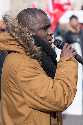 """Etwa 200 bis 250 Menschen beteiligten sich am Samstag den 28. Februar 2015 zum Jahrestag der sog. """"Berliner Afrika-Konferenz"""" an einem Gedenkmarsch in Erinnerung an die Opfer des Kolonialismus, des Sklavenhandels und der Ausbeutung Afrkias durch die Europaeischen Staaten. Sie forderten eine Entschuldigung der Bundesregierung fuer die in deutschem Namen begangenen Verbrechen in den deutschen Afrika-Kolionien, eine Entschaedigung der Angehoerigen der Opfer und die sofortige Rueckgabe der aus Namibia verschleppten Schaedel von Anfuehrern des Volksgruppen der Nama und Herero.<br /> Im Bild: Mouctar Bah, Fluechtling aus Guinea und Freund des unter ungeklaerten Umstaenden in einer Dessauer Polizeiwache ums Leben gekommenen Fluechtlings Oury Jalloh.<br /> 28.2.2015, Berlin<br /> Copyright: Christian-Ditsch.de<br /> [Inhaltsveraendernde Manipulation des Fotos nur nach ausdruecklicher Genehmigung des Fotografen. Vereinbarungen ueber Abtretung von Persoenlichkeitsrechten/Model Release der abgebildeten Person/Personen liegen nicht vor. NO MODEL RELEASE! Nur fuer Redaktionelle Zwecke. Don't publish without copyright Christian-Ditsch.de, Veroeffentlichung nur mit Fotografennennung, sowie gegen Honorar, MwSt. und Beleg. Konto: I N G - D i B a, IBAN DE58500105175400192269, BIC INGDDEFFXXX, Kontakt: post@christian-ditsch.de<br /> Bei der Bearbeitung der Dateiinformationen darf die Urheberkennzeichnung in den EXIF- und  IPTC-Daten nicht entfernt werden, diese sind in digitalen Medien nach §95c UrhG rechtlich geschuetzt. Der Urhebervermerk wird gemaess §13 UrhG verlangt.]"""