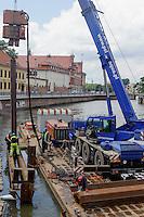 Bauarbeiten am Oderufer (Odra) in Wroclaw (Breslau), Woiwodschaft Niederschlesien (Województwo dolnośląskie), Polen, Europa<br /> Repairs at the bank of River Oder in Wroclaw, Poland, Europe